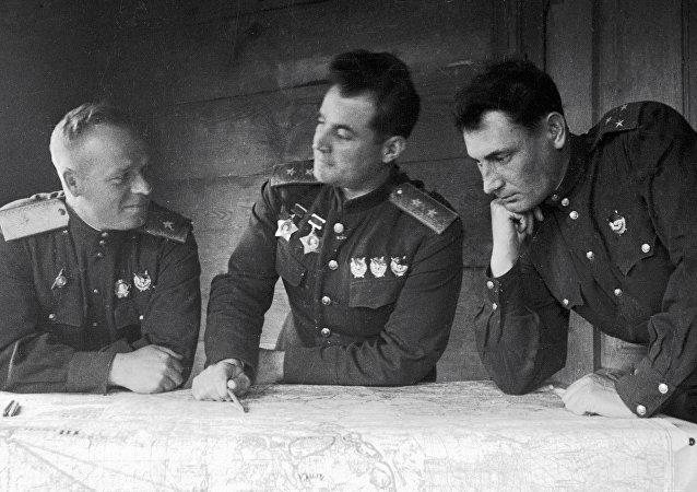 Generał Iwan Czerniachowski (w środku)