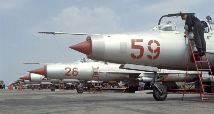Myśliwiec MiG-21 na lotnisku