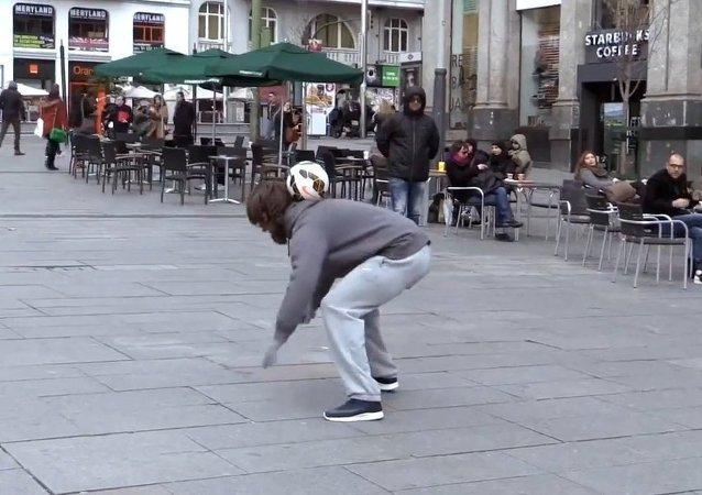 Cristiano Ronaldo udaje bezdomnego w centrum Madryta