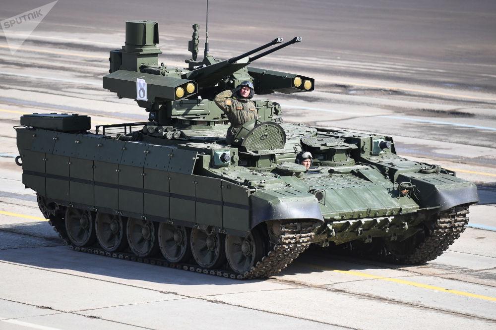 """Wóz bojowy wsparcia czołgów """"Terminator"""" podczas próby przed Paradą Zwycięstwa na poligonie wojskowym """"Alabino"""" w obwodzie moskiewskim"""
