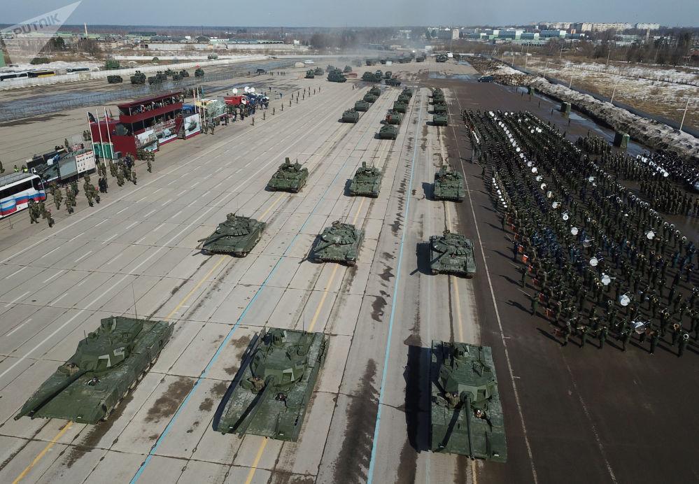 """T-14 """"Armata"""" i T-72 B3 podczas próby przed Paradą Zwycięstwa na poligonie wojskowym """"Alabino"""""""