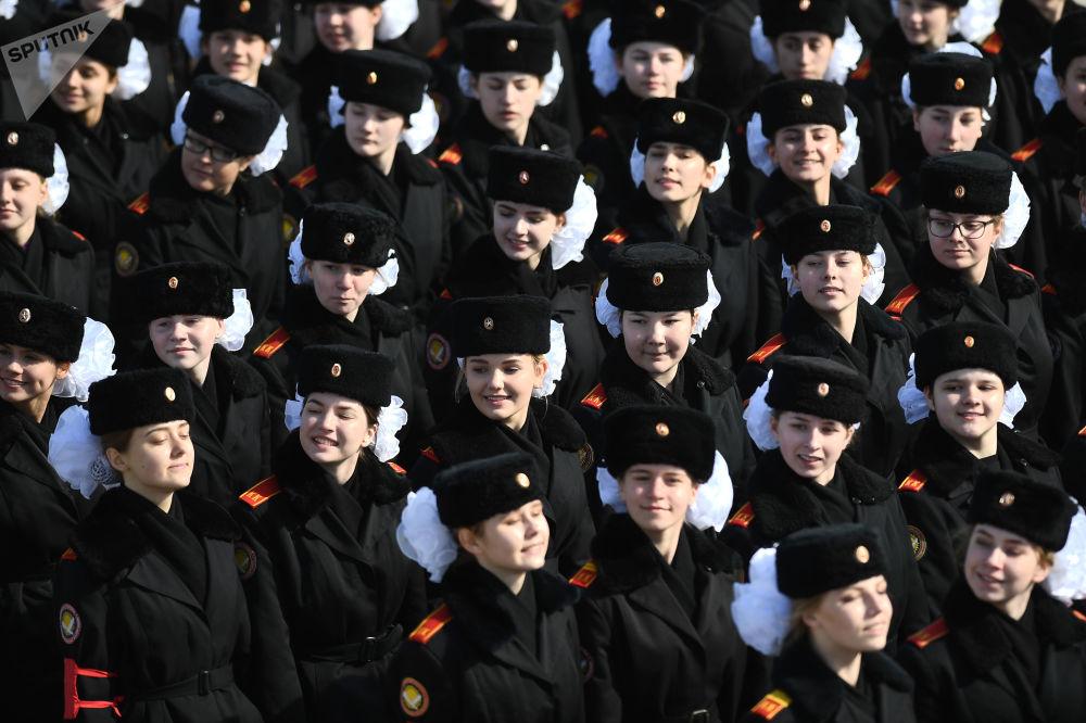 """Kadetki podczas próby na paradzie zwycięstwa na poligonie wojskowym """"Alabino"""" w obwodzie moskiewskim"""