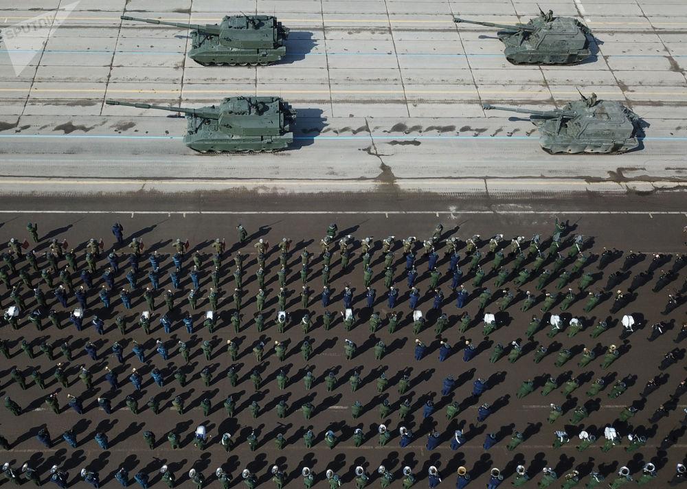 """Artyleria samobieżna """"Koalicja-SV"""" i artyleria samobieżna """"MSTA-C"""" podczas próby przed Paradą Zwycięstwa na poligonie wojskowym """"Alabino"""""""
