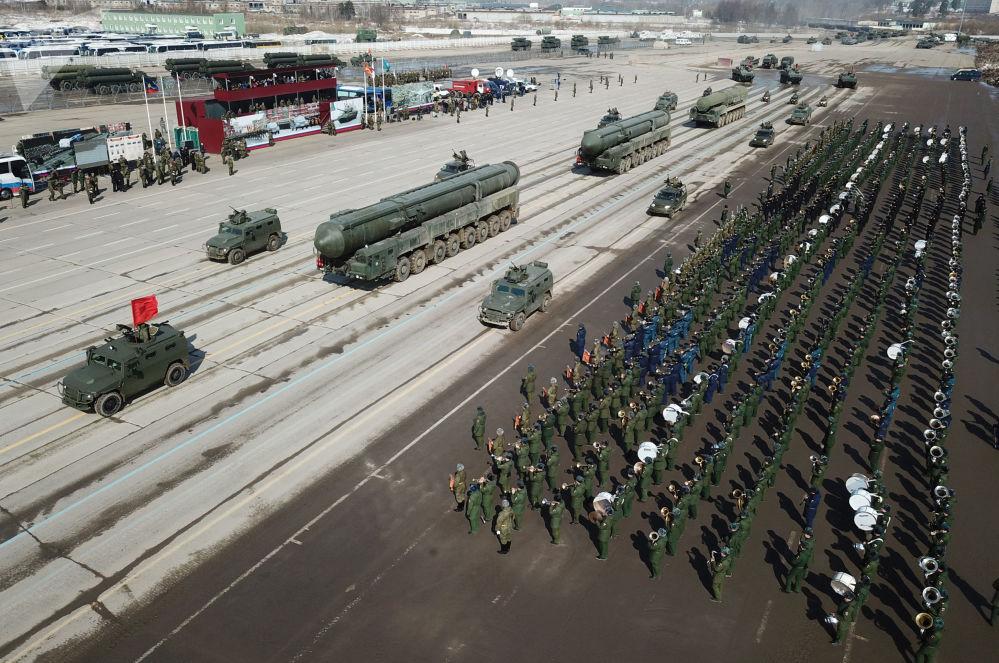 """Wozy opancerzone """"Tygrys"""" z BMDU """"Arbalet"""" oraz transportowe wyrzutnie kompleksu RS-24 """"Jars"""" podczas próby przed Paradą Zwycięstwa na poligonie wojskowym """"Alabino"""""""