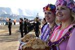 Piękne kobiety z chlebem i solą