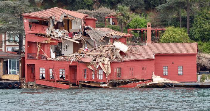 Statek towarowy uderzył w dom na brzegu cieśniny Bosfor