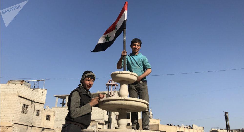 Mieszkańcy w wyzwolonej miejscowości Kafr-Batna we Wschodniej Gucie, Syria