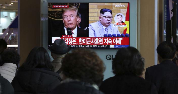 Prezydent USA Donald Trump i lider Korei Północnej Kim Dzong Un na ekranie telewizora na stacji kolejowej w Seulu