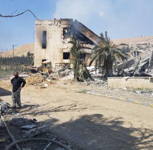 Zniszczone w wyniku ostrzału sił koalicji wojskowe centrum badawcze w Barza