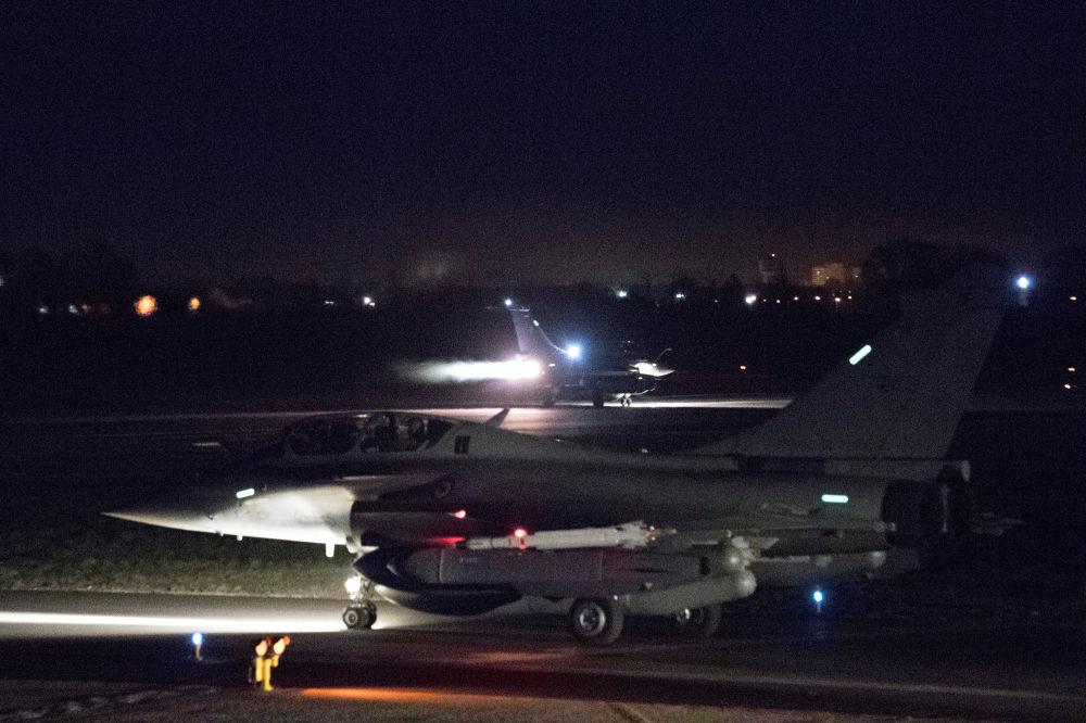 Francuskie myśliwce Rafale w bazie lotniczej w Saint-Dizier we Francji
