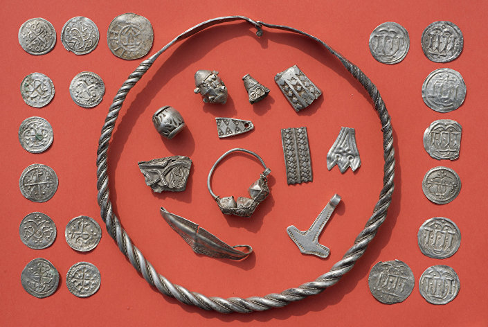 Średniowieczne wyroby jubilerskie i monety znalezione podczas wykopalisk na niemieckiej wyspie Rugia na Morzu Bałtyckim