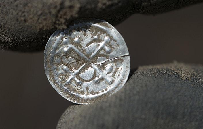 Średniowieczne monety znalezione podczas wykopalisk na niemieckiej wyspie Rugia na Morzu Bałtyckim