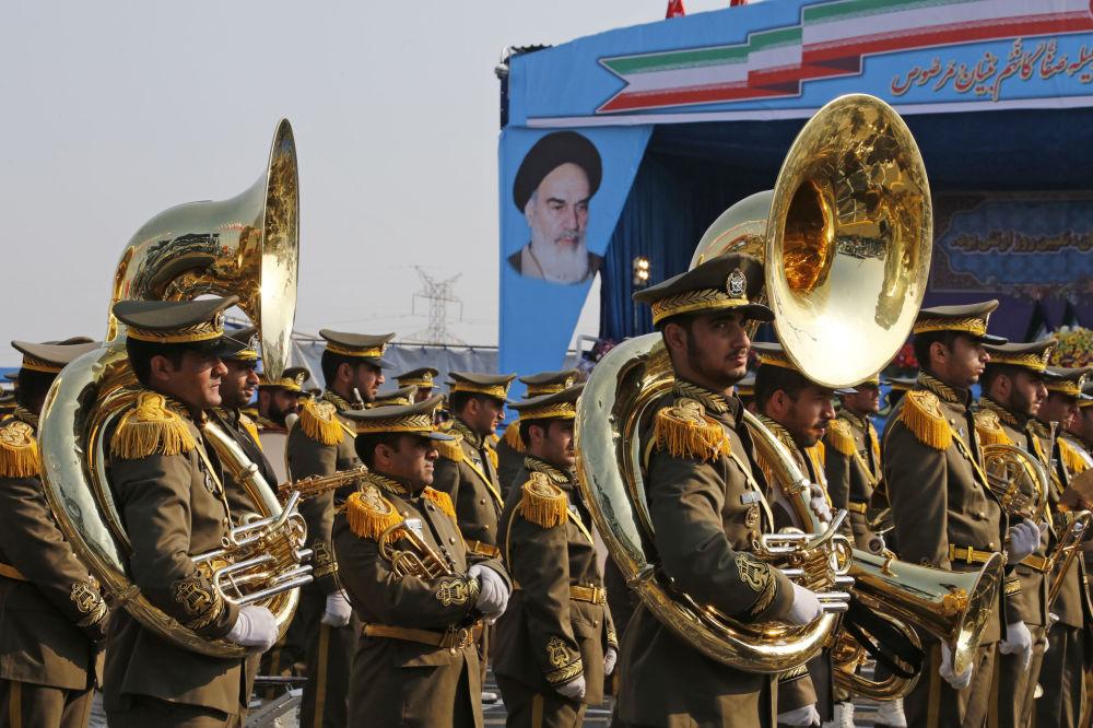 Orkiestra na paradzie wojskowej w Teheranie