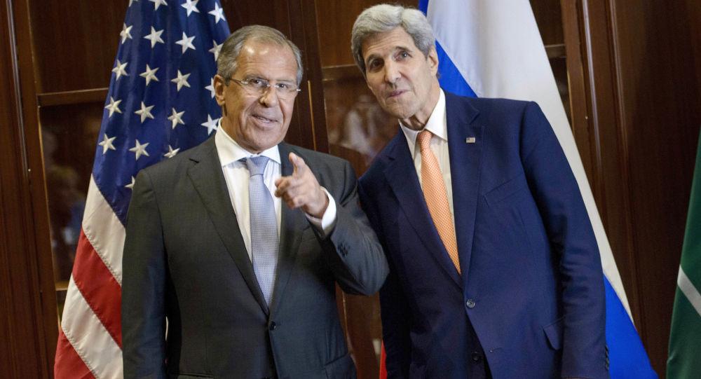 Minister spraw zagranicznych Rosji Siergiej Ławrow i sekretarz stanu USA John Kerry w trakcie spotkania w Kuala Lumpur