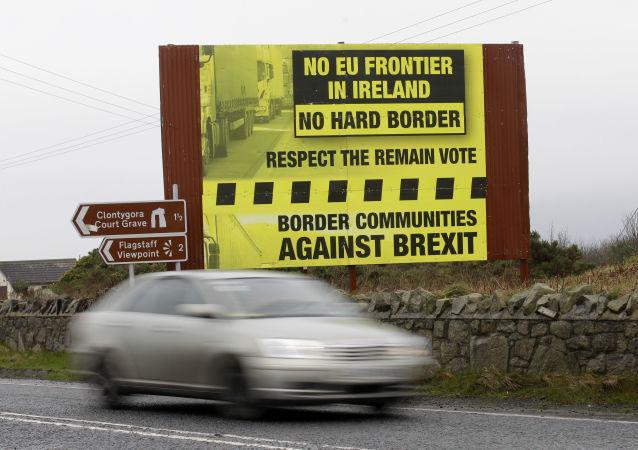Samochód przekraczający granicę między brytyjskim regionem Irlandią Północną i Republiką Irlandii wchodzącą w skład UE