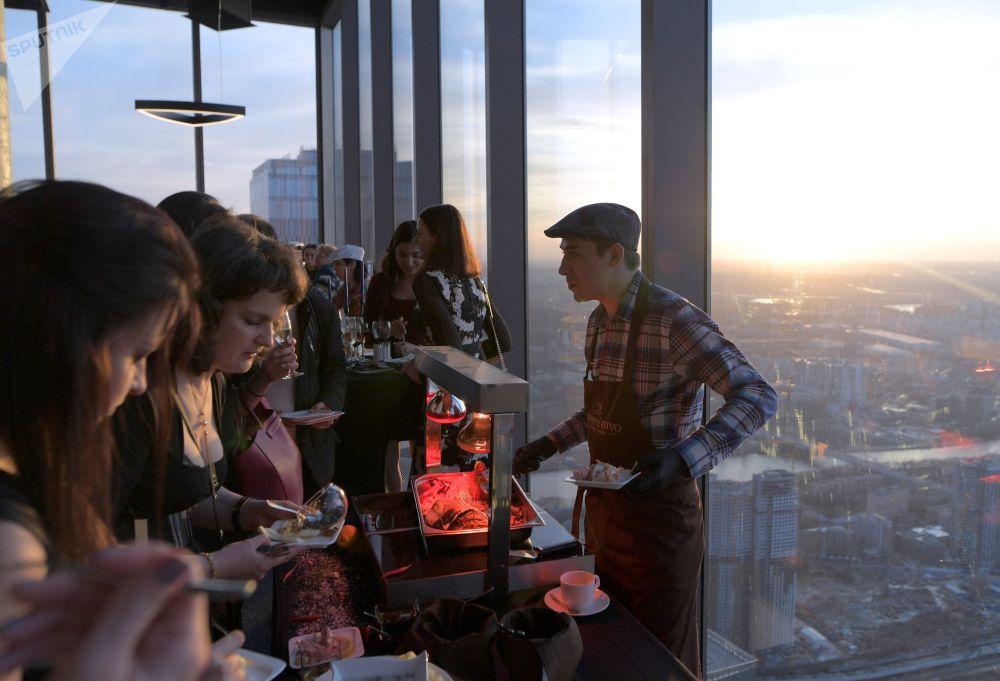 Restauracja na najwyższym placu widokowym w Europie, który znajduje się na 88 piętrze kompleksu biznesowego Moskwa city.