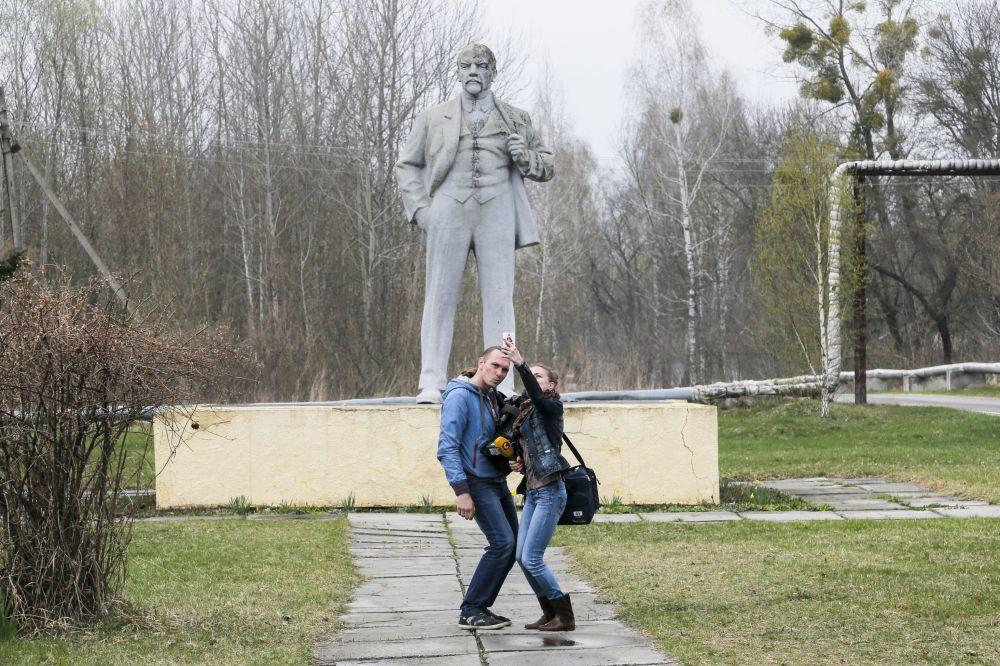 Dziennikarze robią selfie z pomnikiem Lenina w Czarnobylu