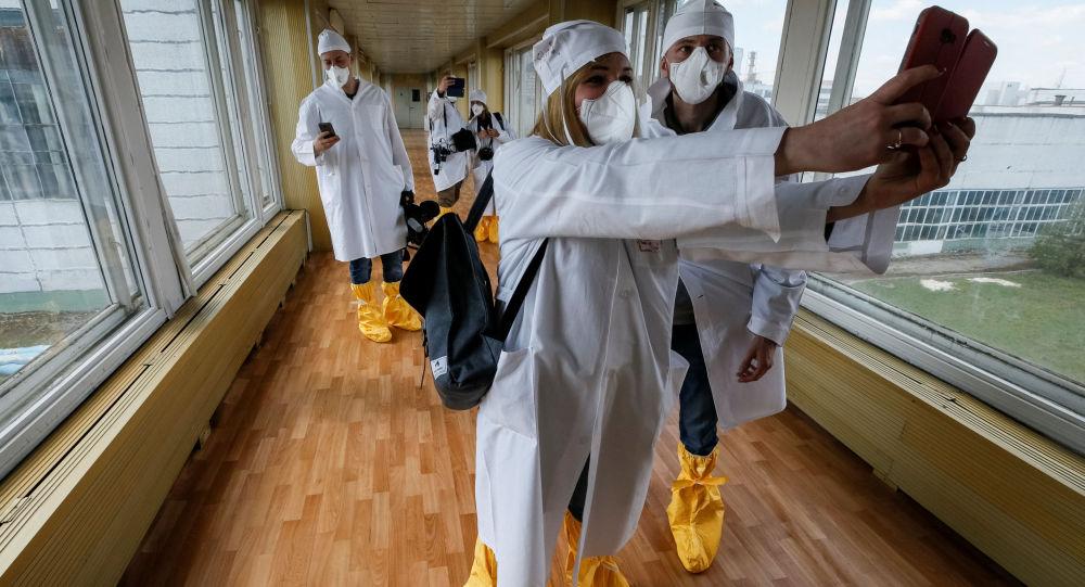 Dziennikarze robią selfie w Czarnobylu