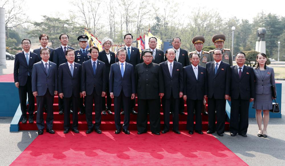 Prezydent Korei Południowej Moon Jae-ina i lider KRLD Kim Dzong Un na ceremonii powitalnej