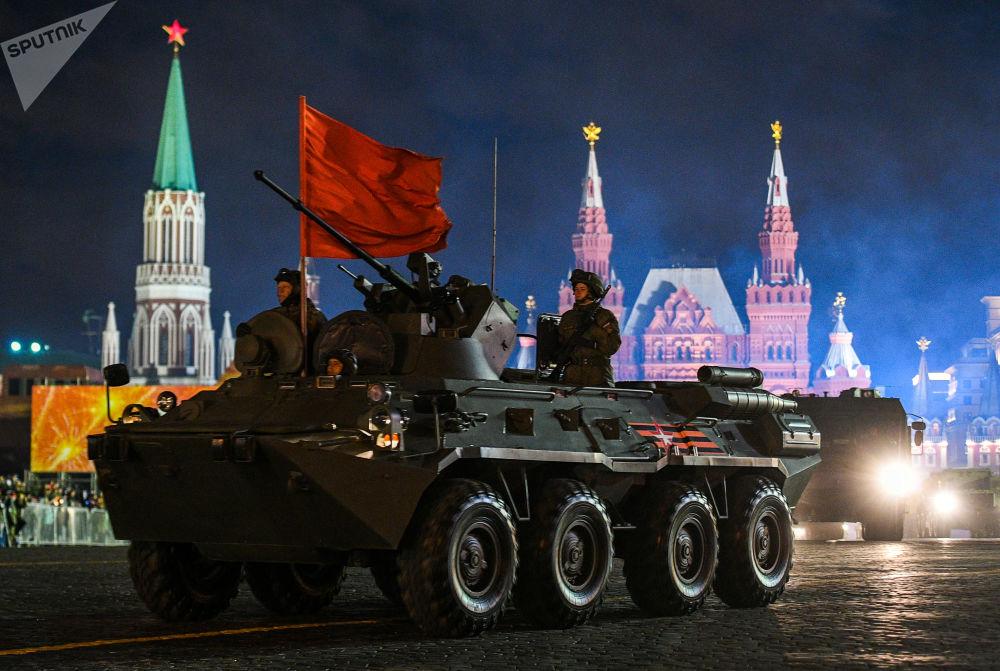 Transporter opancerzony BTR-82A podczas próby parady wojskowej na Placu Czerwonym