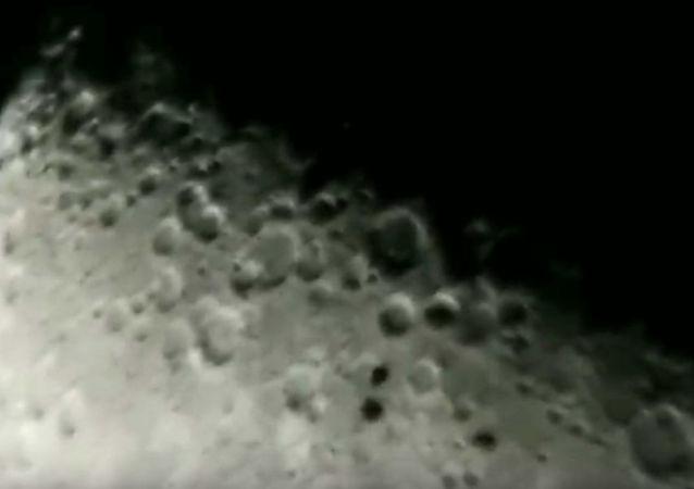 Astronom amator nagrał dziwne obiekty, które przeleciały w pobliżu Księżyca.