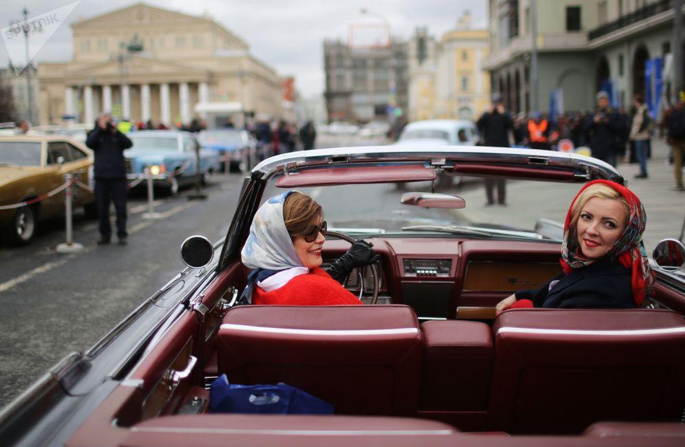 """Uczestniczki rajdu samochodów klasycznych """"Ingosstrakh Exclusive Classic Day,  startującego przy hotelu """"Metropol w Moskwie"""
