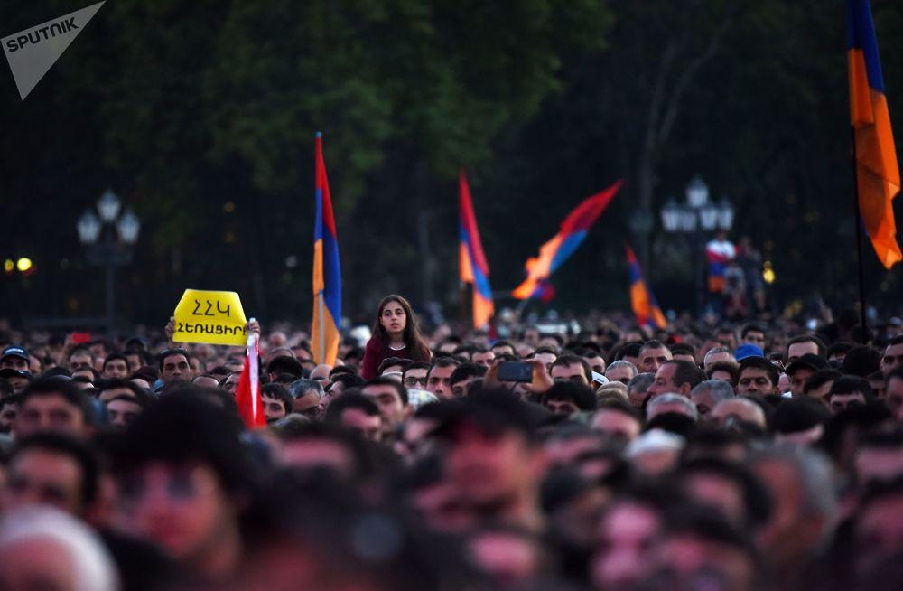 Zwolennicy opozycji podczas mitingu na Placu Republiki w Erywaniu