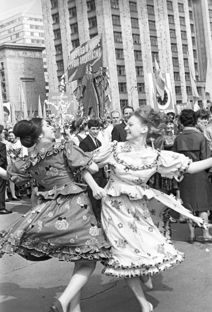 Tańczące dziewczyny na pierwszomajowej demonstracji w Moskwie, 1968 r.