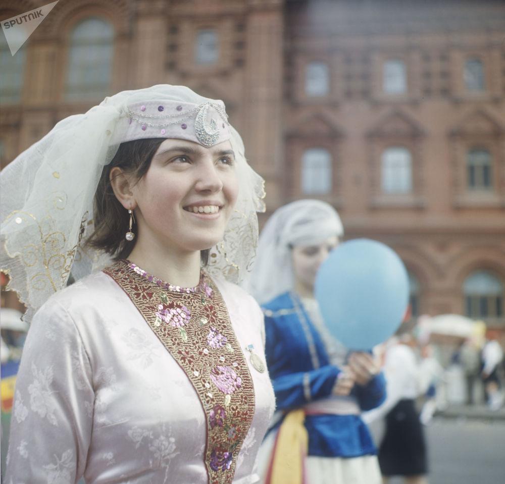 Uczestniczka pierwszomajowej demonstracji, uczennica szkoły nr. 492 w Moskwie, w tradycyjnym gruzińskim stroju. 1969 r.