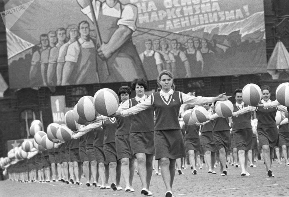 Kolumna sportowców na Placu Czerwonym. Święto pracy, 1 maja 1970 r.