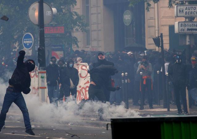 Zamieszki w czasie pochodu pierwszomajowego w Paryżu