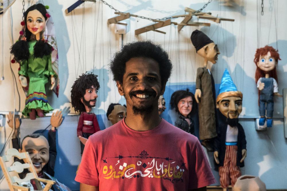 Mohamed Fawzi Bakkar (32 lata) - malarz i twórca marionetek z Kairu, Egipt