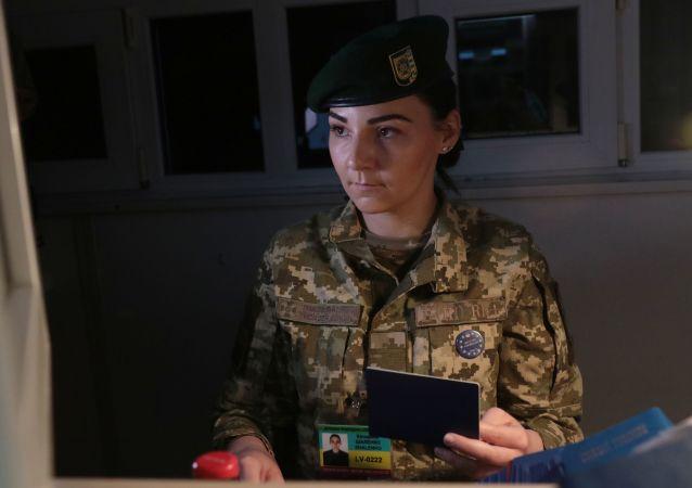 Pracowniczka Służby Granicznej Ukrainy na międzynarodowym przejściu granicznym na granicy ukraińsko-polskiej
