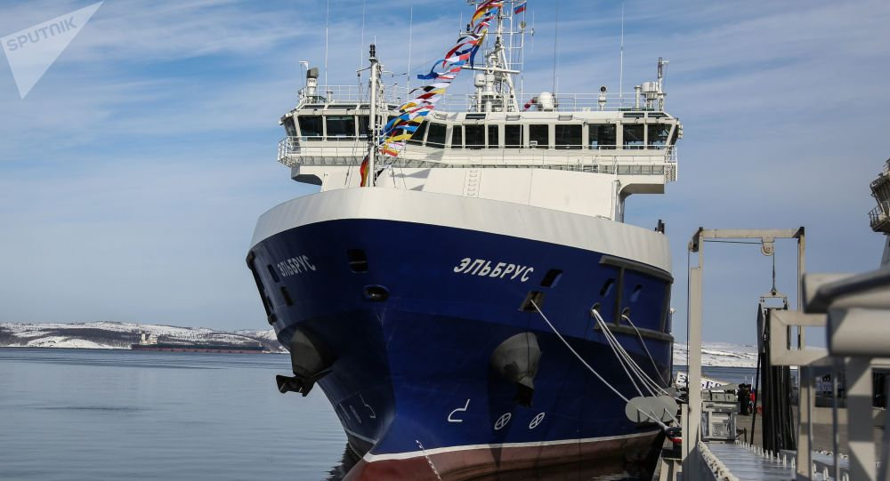 """Okręt wsparcia logistycznego """"Elbrus"""" projektu 23120 w głównej bazie Floty Północnej Federacji Rosyjskiej w Siewieromorsku"""
