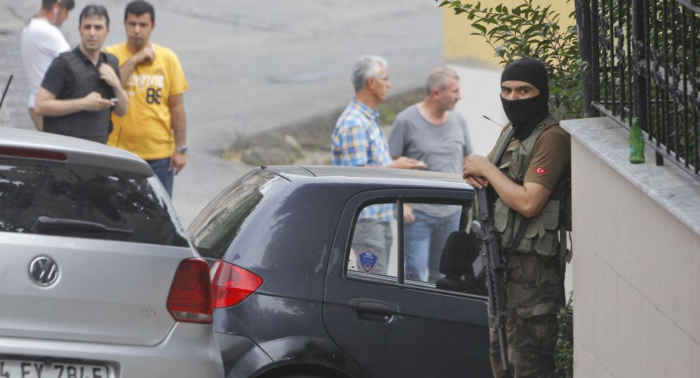 Turecki policjant w pobliżu amerykańskiego konsulatu w Stambule