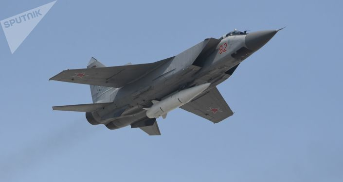 """Niszczyciel MiG-31K z najnowszym systemem rakietowym """"Kinżał"""" podczas próby przed Paradą Zwycięstwa w Moskwie"""