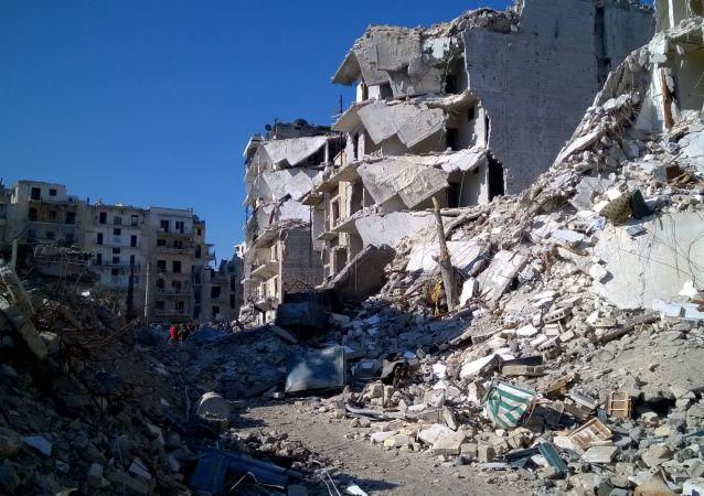Zniszczone domy w wyzwolonym obszarze Al Soukari w Aleppo