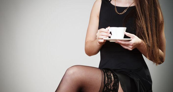 Atrakcyjna dziewczyna z kawą