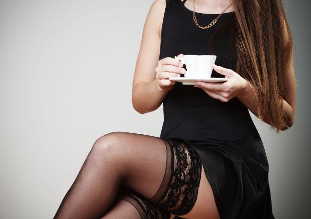 Atrakcyjna dziewczyna z filiżanką herbaty