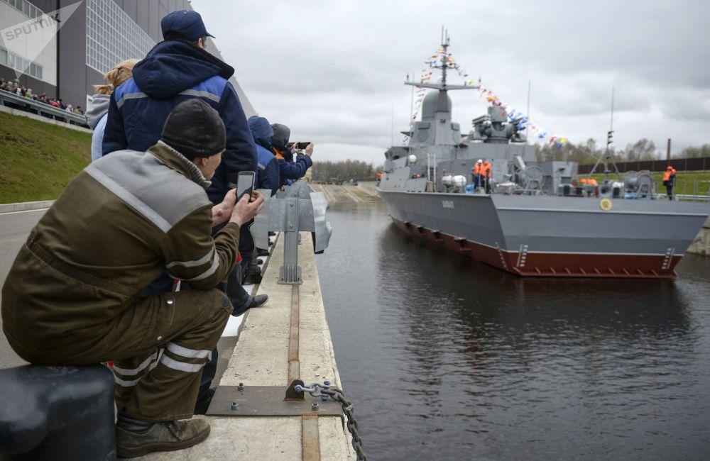 Mały statek rakietowy Szkwał projektu 22800 podczas uruchomienia w Leningradzkiej Stoczni Pella w obwodzie leningradzkim