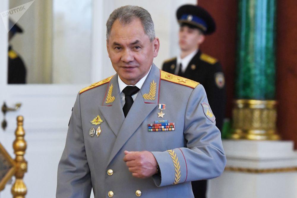 Minister obrony Siergiej Szojgu po uroczystości inauguracji prezydenta Rosji Władimira Putina w Wielkim Pałacu Kremlowskim