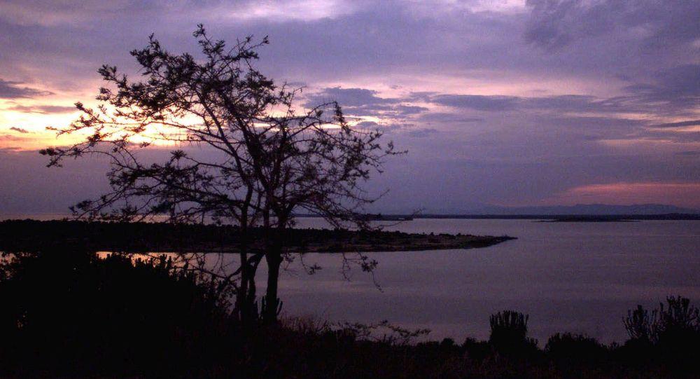 Zmierzch nad Jeziorem George niedaleko Parku Narodowego Królowej Elżbiety w Ugandzie