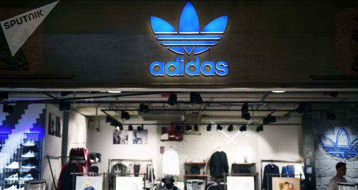 Sklep odzieżą sportową Adidas w centrum handlowym w Moskwie
