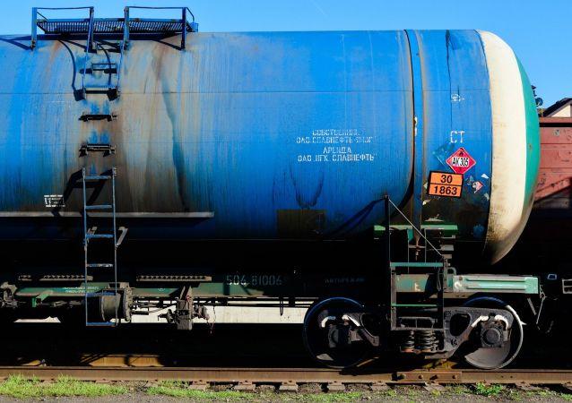 Cysterna z ropą na drodze kolejowej