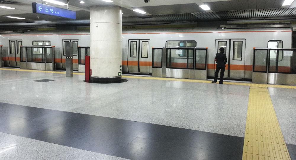 Na stacji Dongzhimen w pekińskim metrze