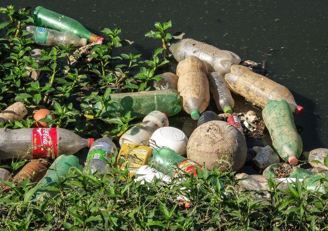 Śmieci w wodzie. Zdjęcie archiwalne