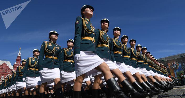 Kursantki Uniwersytetu Wojskowego Ministerstwa Obrony Rosji na defiladzie wojskowej z okazji 73. rocznicy Zwycięstwa w Wielkiej Wojnie Ojczyźnianej