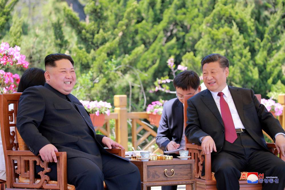 Lider KRLD Kim Dzong Un na spotkaniu z prezydentem Chin Xi Jinpingiem w mieście Dalian, na północy Chin