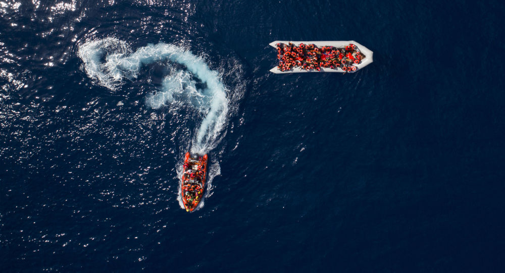 Uchodźcy i migranci uratowani przez hiszpańską organizację pozarządową ProActiva Open Arms w wodach niedaleko północnej Libii