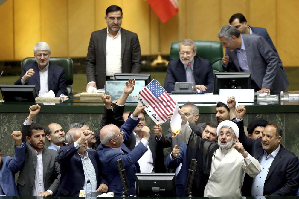 Parlament Iranu pali papiery z wizerunkiem amerykańskiej flagi i umowę nuklearną